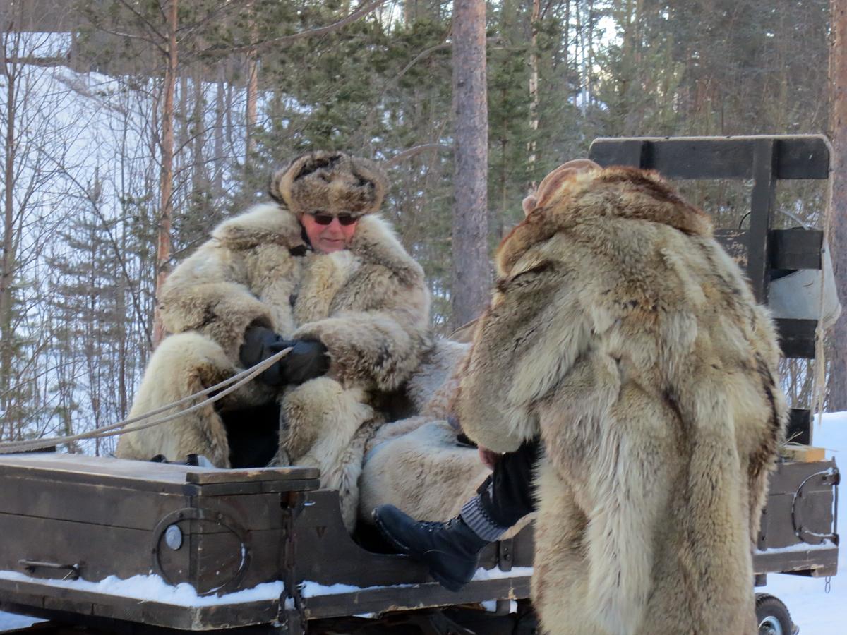 Mikkel og Ola holder varmen i kulda, for da er pels godt å ha. Foto: Karine Bogsti