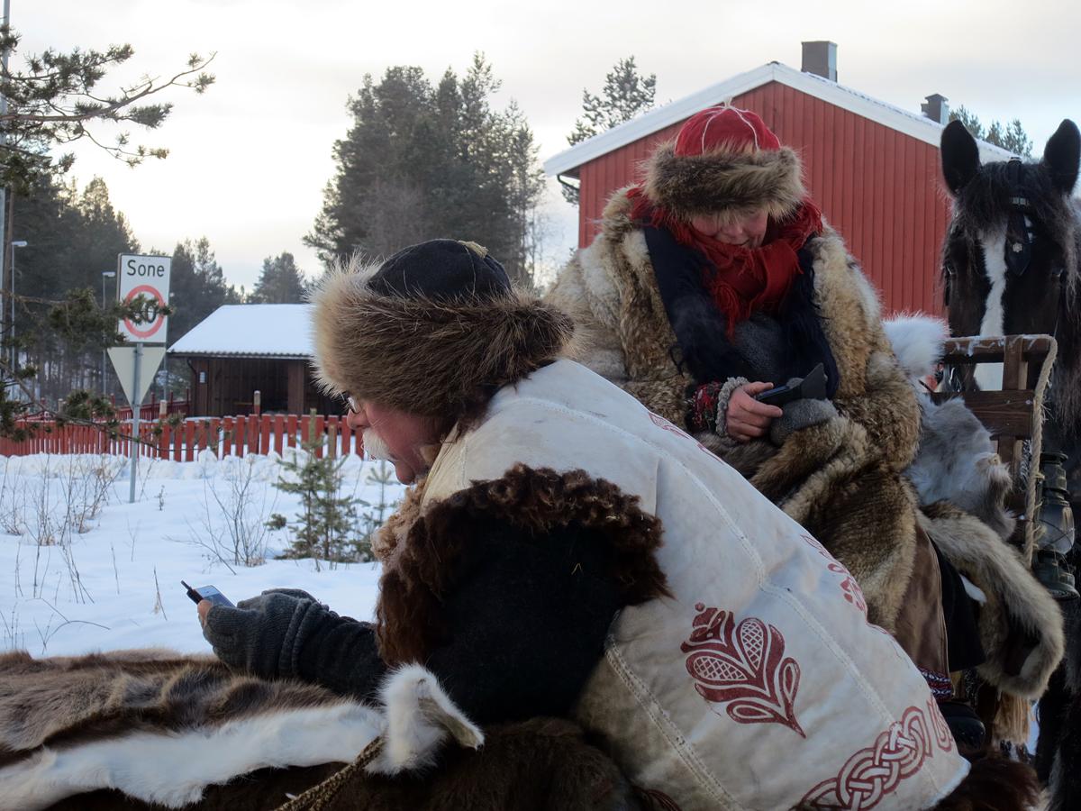 Lasskjørere med nåtidens budstikke til å høre nytt hjemmefra med. Foto: Karine Bogsti