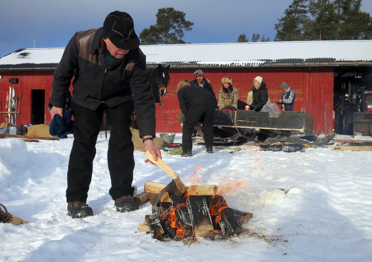 Bålfyring på dagens langkvil. Emil legger på mer tyrived. Foto: Karine Bogsti