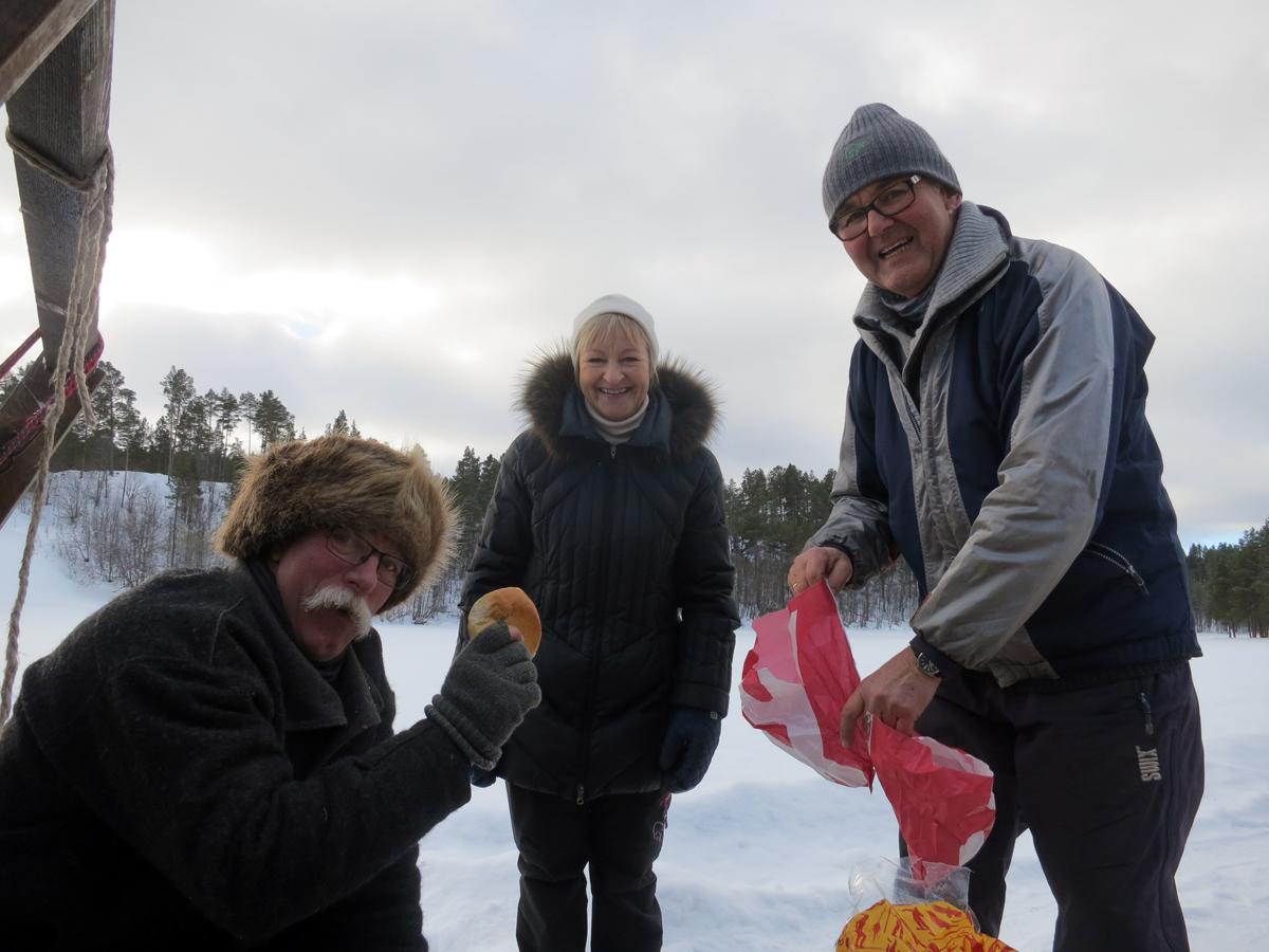 Et par hedemarkinger med hytte i området dukket opp med boller til oss. Tusen takk Vigdis og Even Nashoug! Vi feiret forøvrig 10-årsjubileet til forening i den restaurerte potetkjelleren hos dem tidligere i vinter. Foto: Karine Bogsti
