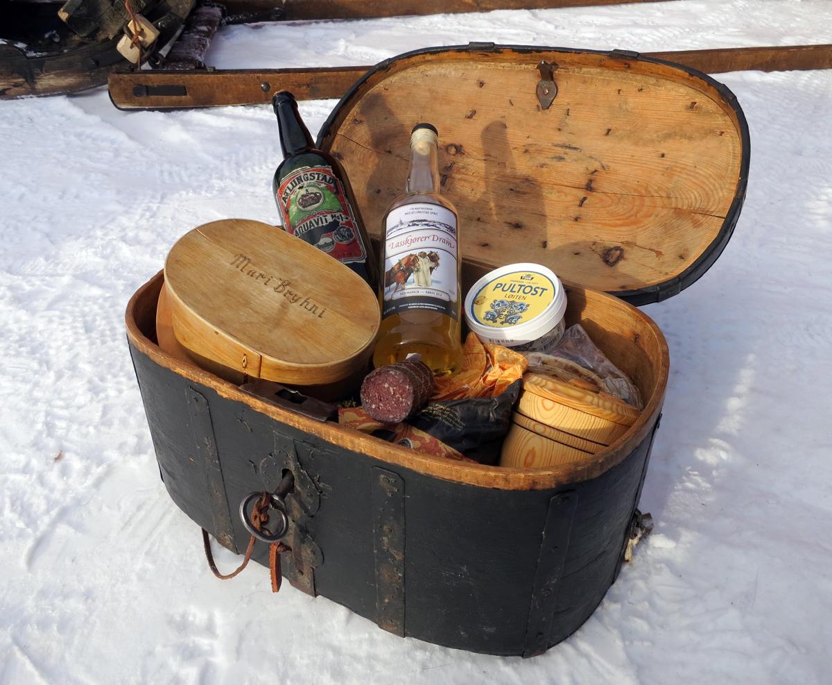 Ferdaskrin var noe lasskjørere og andre brukte på reise. Her ser en litt av mat og drikke vi har med på turen. Spekemat er god stuttkvilmat. Foto: Karine Bogsti