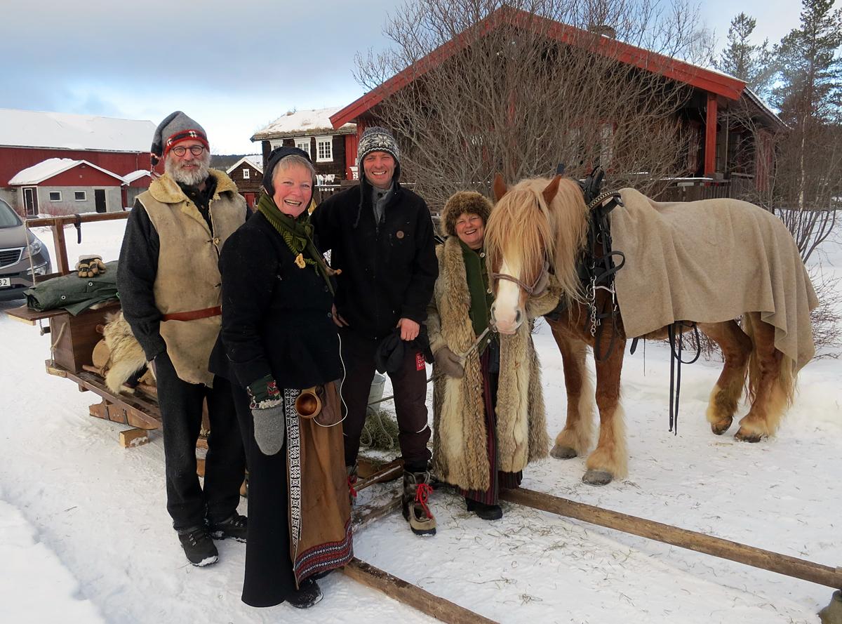 Dagens langkvil var på Brennmoen gard i Moan grenda i Tolga. Tusen takk for gjestfrihet og vatn til hesta, Paul Brennmoen (nr. 3 f.v.). Foto: Karine Bogsti