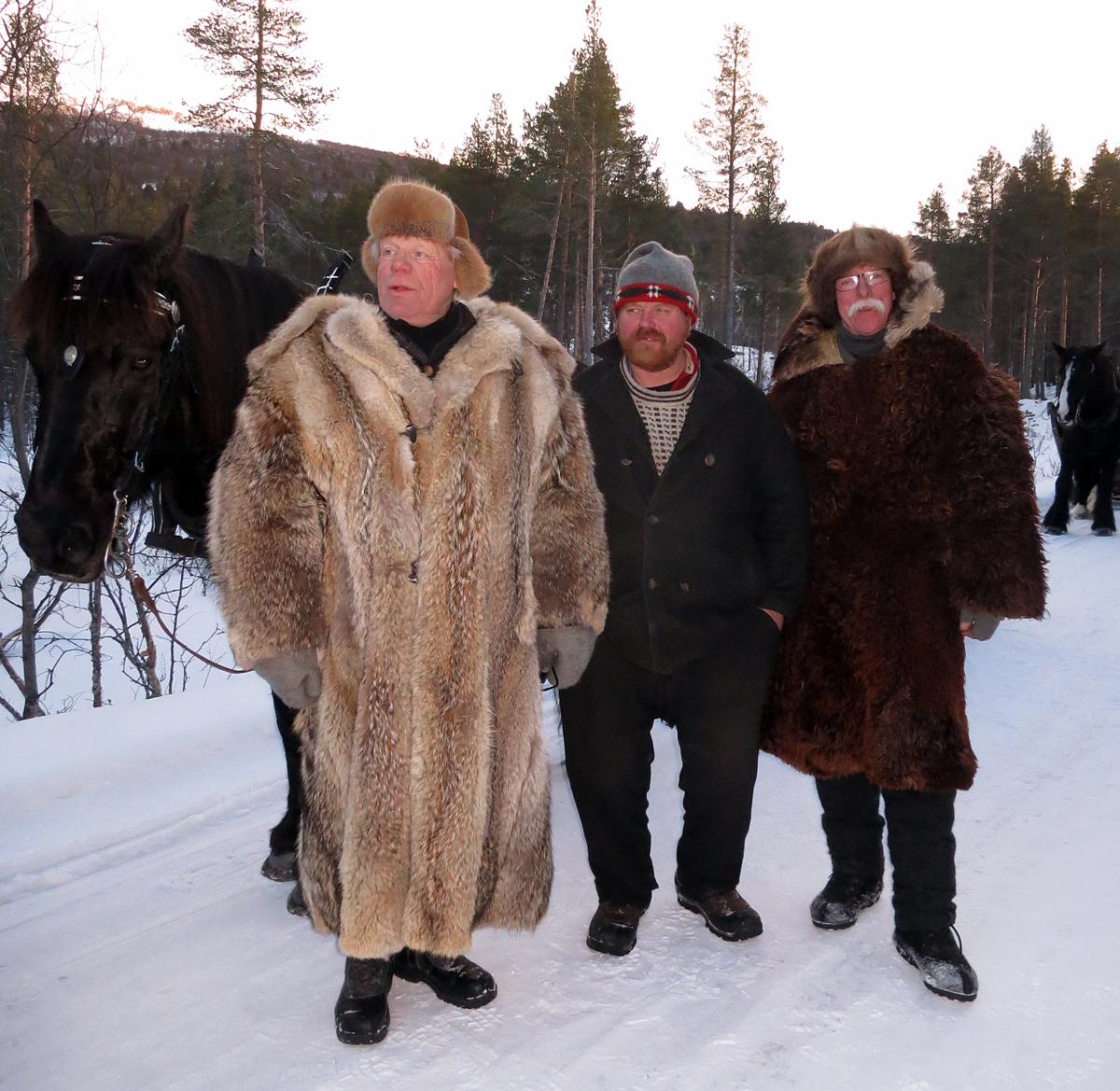 Tre ulike typer klær som holder kulda ute; pels, vadmel (vømmøl) og saumudd (t.h.) med trolig hundepels rundt kragen. Foto: Karine Bogsti