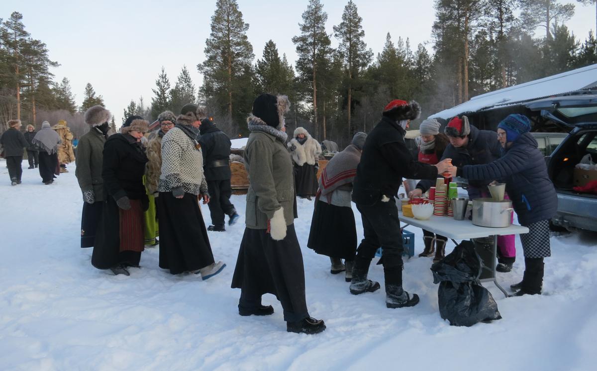 Lang kø på matserveringa. Foto: Karine Bogsti