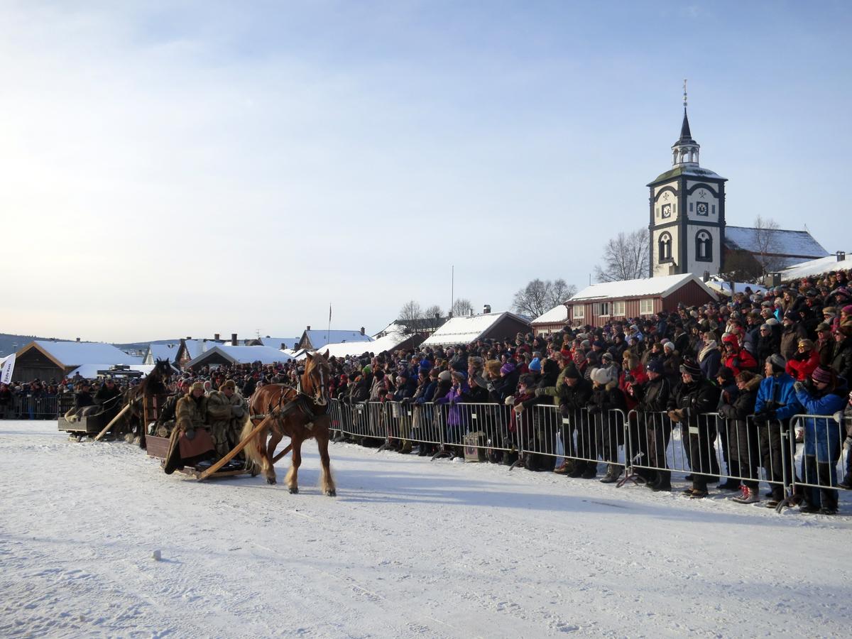 Smukken med Kjell Ivar Stensli, Gry Ottesen og Berger Frogner kjører inn på Malmplassen og møter 5000 tilskuere. Det er stas! Foto: Karine Bogsti