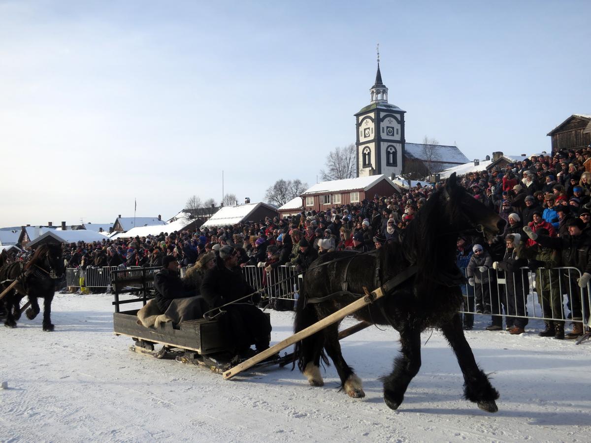 Romedals Prins med Truls Mathisen og Emil Bryn kjører inn på Malmplassen. Foto: Karine Bogsti