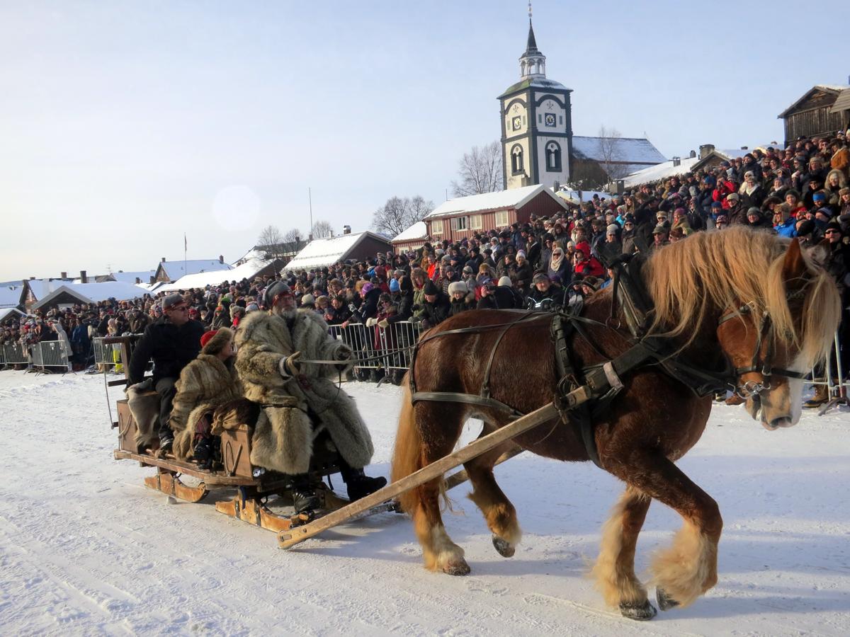 Hesten Brennsæterjinta med Jørgen Hveem, Eli og Bjarne Lang-Ree. Foto: Karine Bogsti