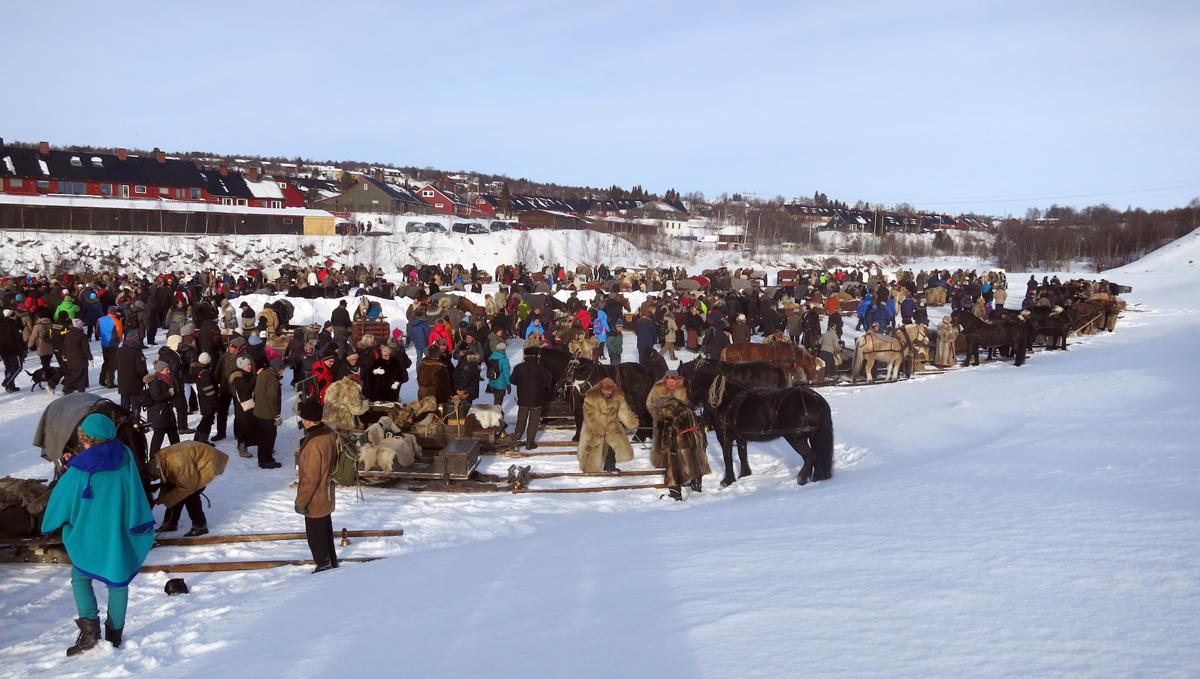 Mye folk som møtte oss etter innkjøring på Røstplassen. Foto: Karine Bogsti
