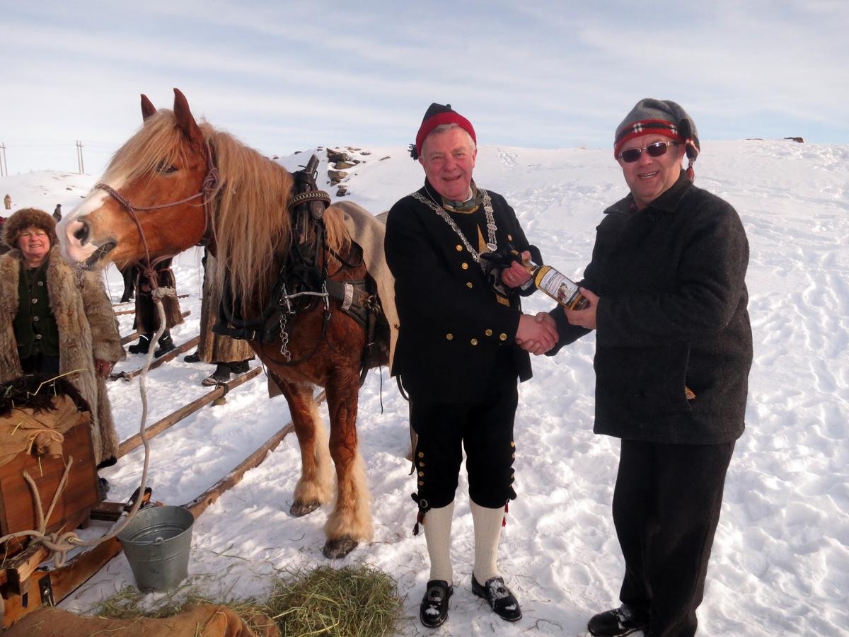 Vi fikk overbrakt hilsenen fra flatbygdordføreren i Stange til fjellbygdordfører Hans Vintervold på Røros; potet i foredlet form fra historiske Atlungstad Brenneri i Stange. Foto: Karine Bogsti