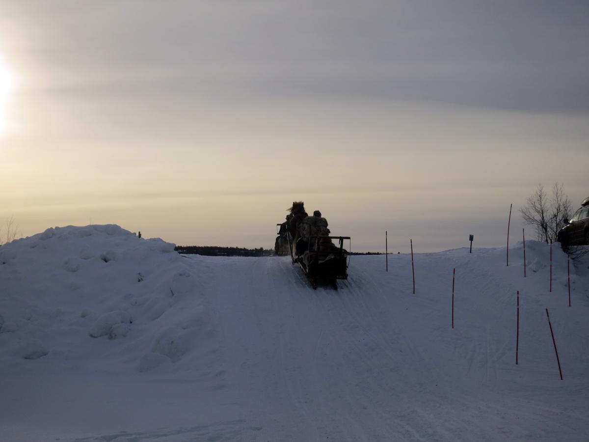 Så kjører vi inn i solnedgangen og årets tur er slutt. Tusen takk for følget! Foto: Karine Bogsti