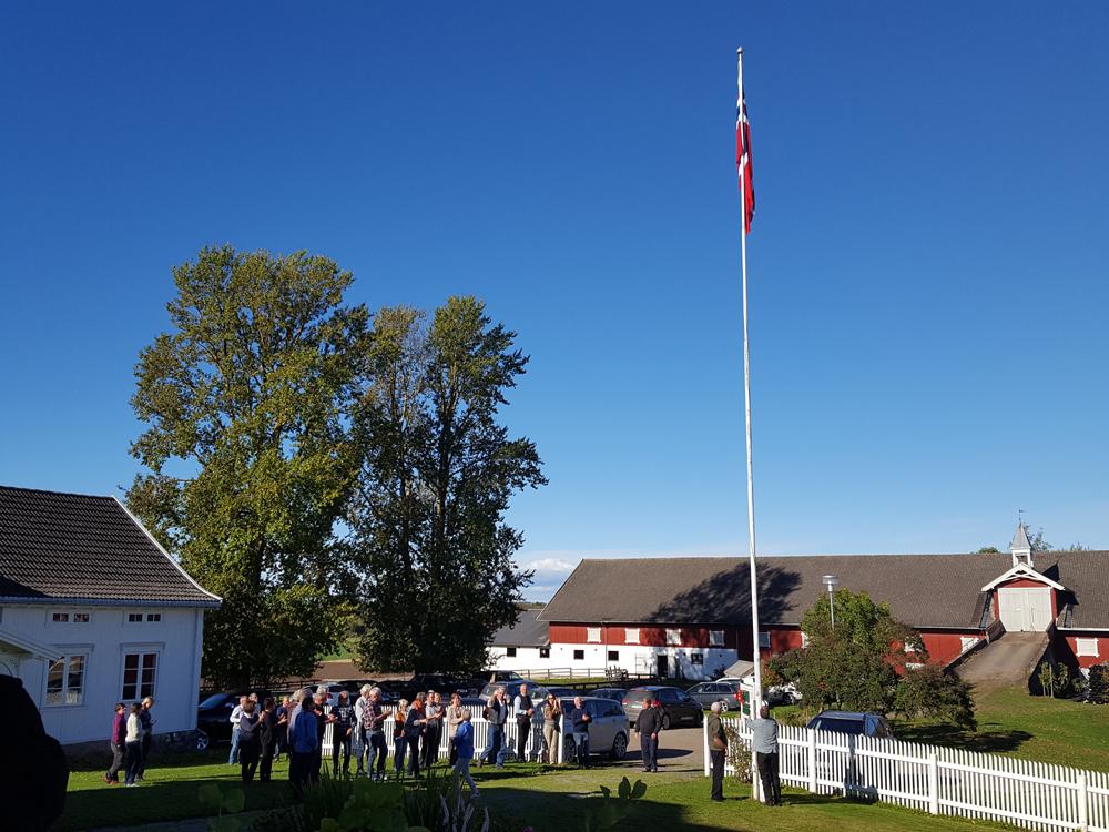 Flagget (sildesalaten/unionsflagget) heises når lasskjørere og forbønder som kjører til Rørosmartnan fra både Norge og Sverige møtes. Foto: Karine Bogsti