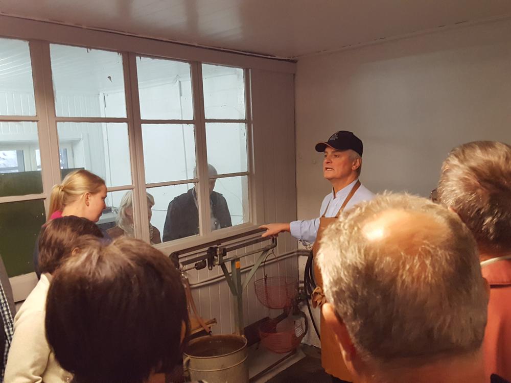 Fridthjof Platou i Atlungstad Brenneris venner viser fram hvordan en målte hvor mye stivelse det var i poteten før. Foto: Karine Bogsti