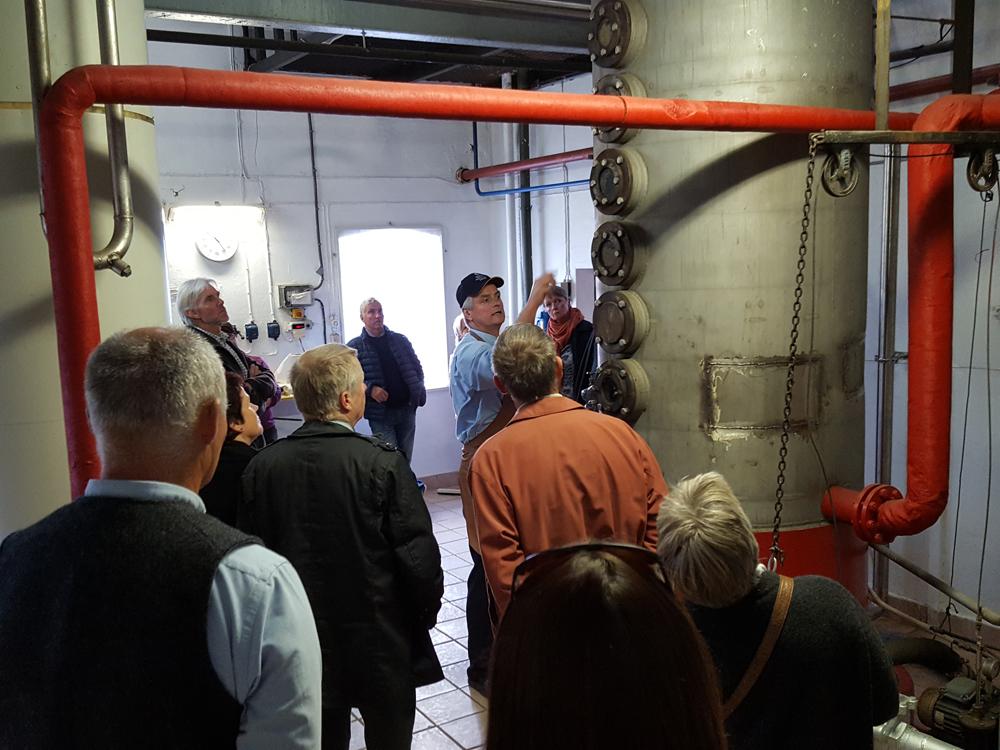 Destilleringsprosessen forklares. Foto: Karine Bogsti