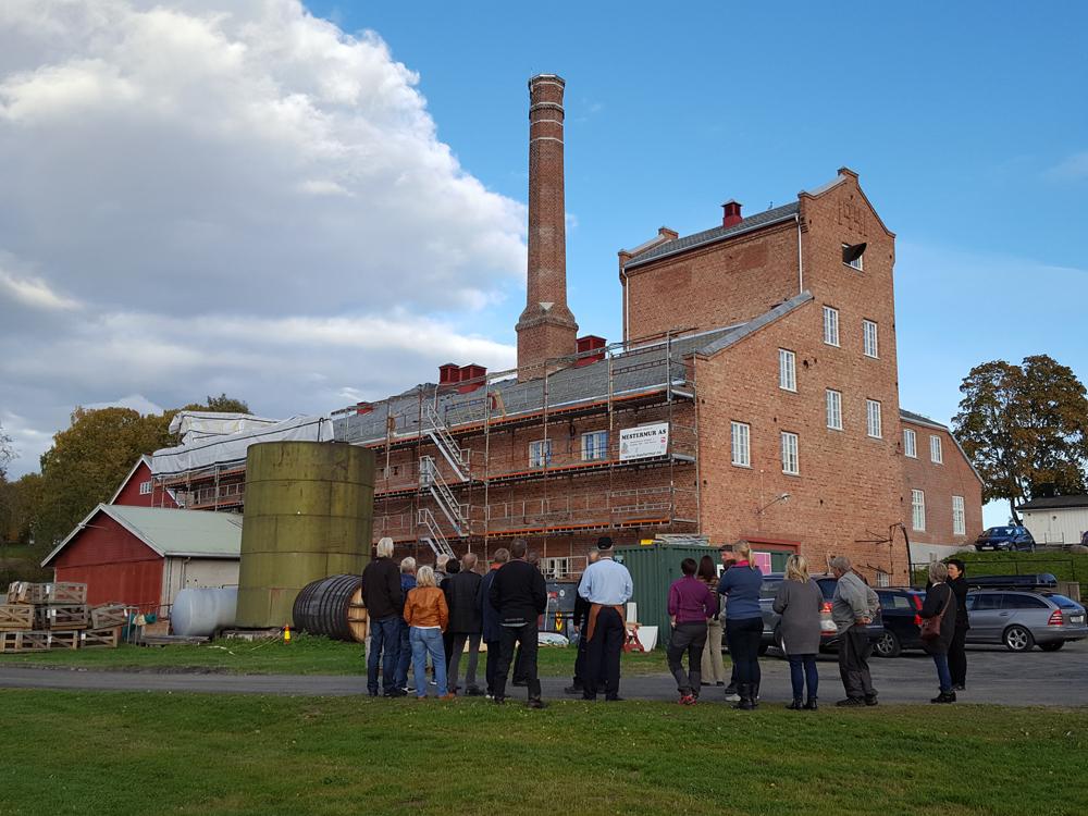 Historiske Atlungstad Brenneri som ligger like ved Mjøsa, har vært startsted for lasskjørerne fra Hedmarken flere ganger siste år, og har sammenheng med varer som ble fraktet til Røros. Foto: Karine Bogsti