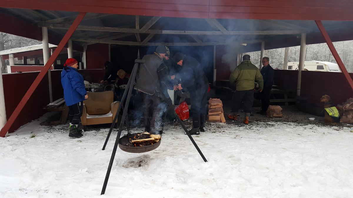 Bjørn Johan (og Tom Vetle) med deres bedre halvdeler disket opp med varm, god dugurdsmat på Furasaga. Foto: Karine Bogsti